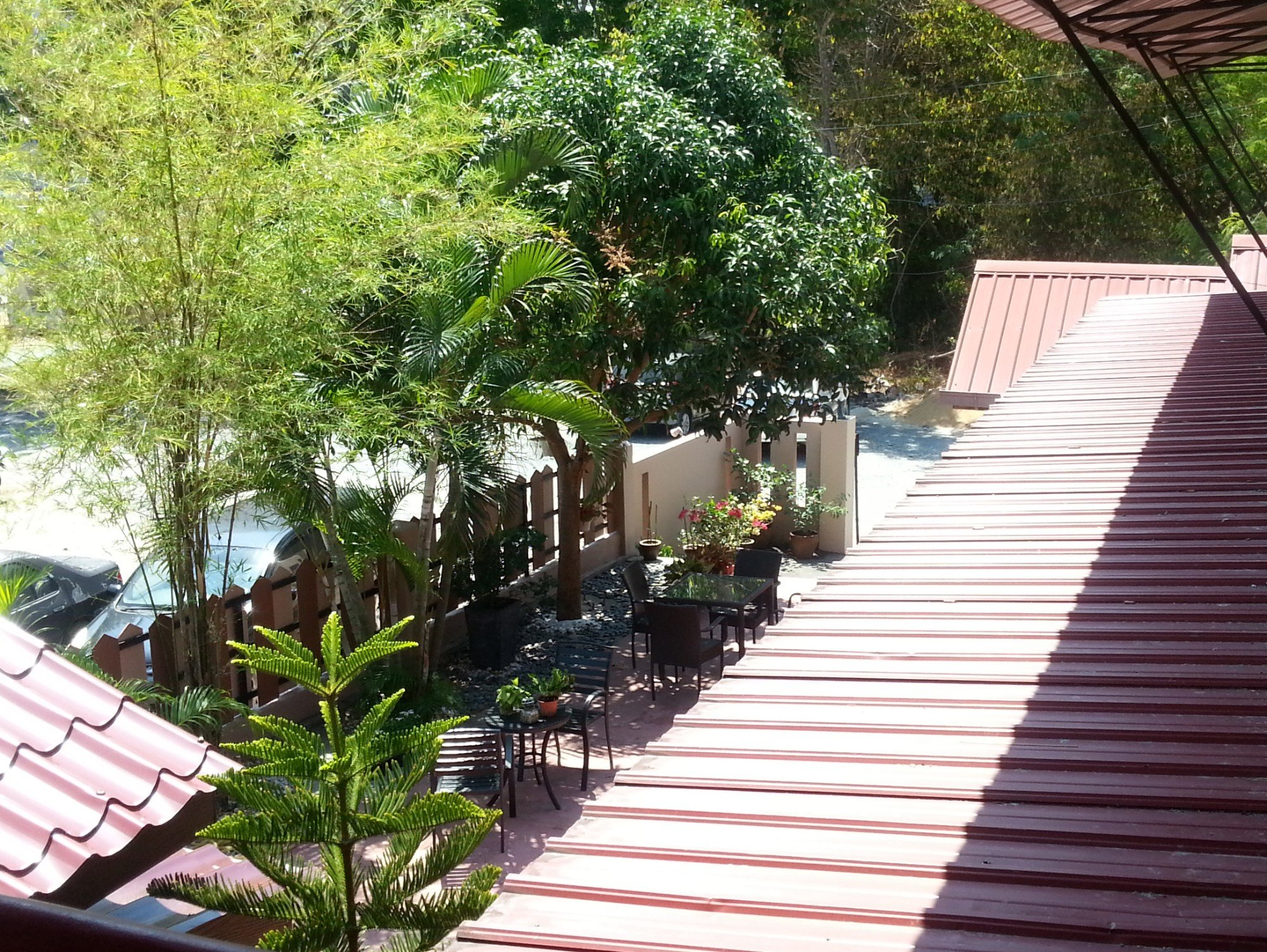Outdoor seating area at the Motel Sei Mutiara